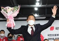 [포토] 당선 축하 꽃다발 받은 오세훈