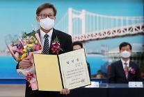[포토] 당선증 받는 박형준