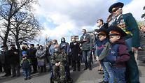 [포토] 체르노빌 원전 사고 희생자 추모비 찾는 우크라이나인들