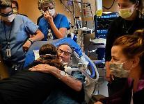 미국, 실내서도 마스크 벗는다...백신 맞았다면 악수도, 포옹도 할 수 있어