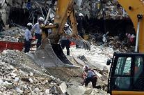 미국 12층 아파트 붕괴 사망자 10명으로…실종자 151명