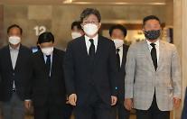 """유승민 """"전쟁영웅 최영섭 예우, 해군에 감사""""…野 인사 조문 이어져"""