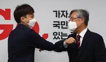 """최재형, 국민의힘 전격 입당 """"당이 정권교체 중심돼야"""""""