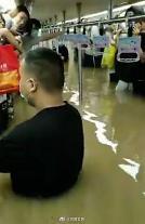 중국 허난성 기록적 폭우로 12명 사망... 지하철 운행도 중단
