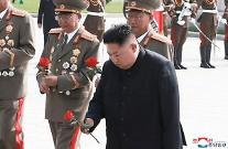 김정은, 6·25전사자묘 참배…정전 68주년 맞아 내부결속 안간힘