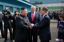 [상보] 문재인·김정은, 남북 정상회담 논의 중...공동연락사무소도 재개장<로이터>