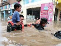 [중국포토] 후베이성에도 기록적인 폭우...가슴 높이까지 물 차올라