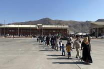 아프간인 탄 軍수송기 1대, 파키스탄 출발…오후 인천 도착