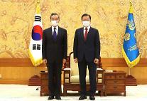 """文 """"한반도 비핵화 지지""""…왕이 """"양국, 친척처럼 왕래해야"""""""