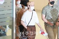 [포토] 방탄소년단(BTS) 뷔, 붉은 외교관 여권 들고