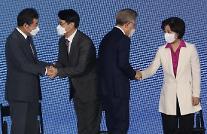 [포토] 인사하는 민주당 대선 경선 후보들