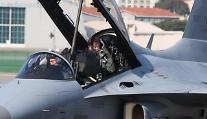 [포토] 국산 경공격기 FA-50 타고 행사장 도착한 문재인 대통령