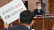 [포토] 박정민 의원 피켓 바라보는 이재명 경기도지사