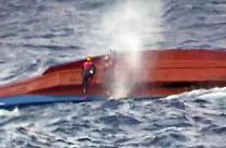 독도 전복 선박 중국인 선원 2명 구조…선장 숨진 채 발견