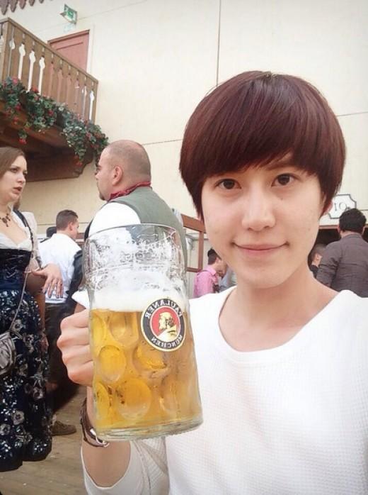 SJ圭贤在德国啤酒节开怀畅饮