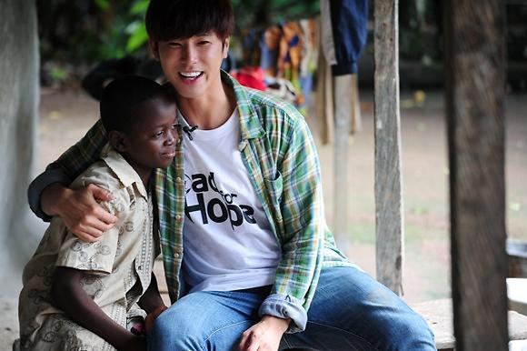 [포토] 2013 희망로드 대장정 정윤호, 가나 친구들과 환한 미소