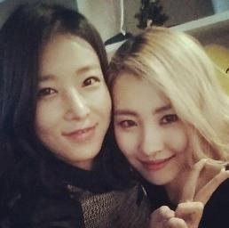 .Wonder Girls member Yubin and former member Sunmi show they are still friends.