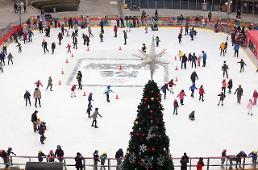 .首尔市民享受滑冰乐趣喜迎圣诞佳节.