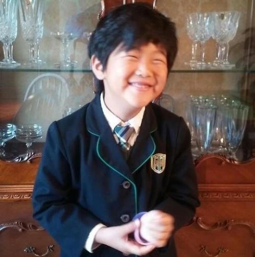 준수 유치원 졸업사진 근황 공개, 짤막해진 교복 입고 살인 미소