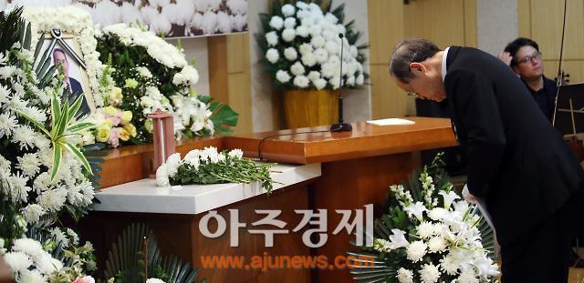 [포토] 박권상 전 KBS 사장 영결식, 분향드리는 김은구 회장