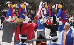 .韩国民众载歌载舞庆佳节.