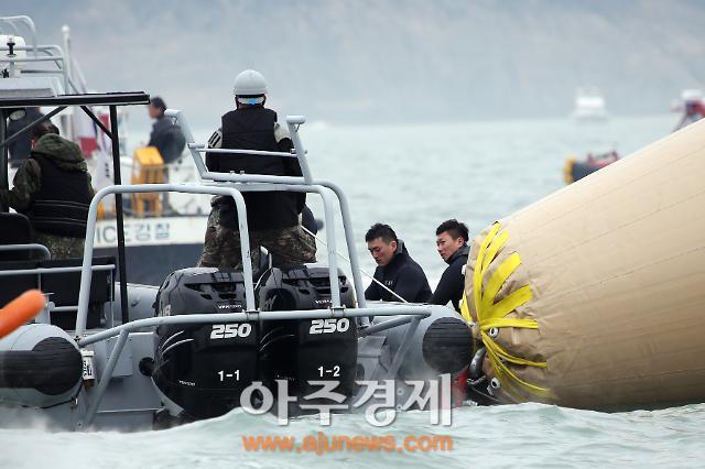 [세월호 침몰] 수색 8일째…지쳐가는 잠수사, 잠수병 호소 늘어