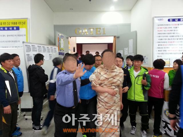 [세월호 침몰] 진도 실내체육관서 50대 추정 남성 알몸 소동<2보>