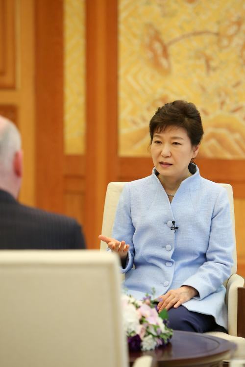 박근혜 대통령, 피터 샌즈 SC그룹 회장 접견…원·위안화 직거래 논의