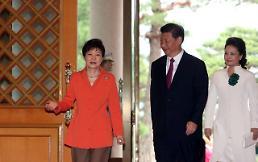 .<习近平访韩——首脑会晤> 朴槿惠和习近平步入会谈现场.