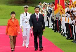 .<习近平访韩—首脑会晤>检阅仪仗队的韩中首脑.
