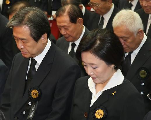 """여야, 김대중 전 대통령 추모…""""믿지 않는 정치, 큰 가르침 주시길"""""""