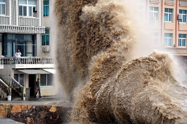"""[영상중국] 태풍 봉퐁 영향, 중국 동부 해안가 파도 솟구쳐...주민 """"깜짝"""""""