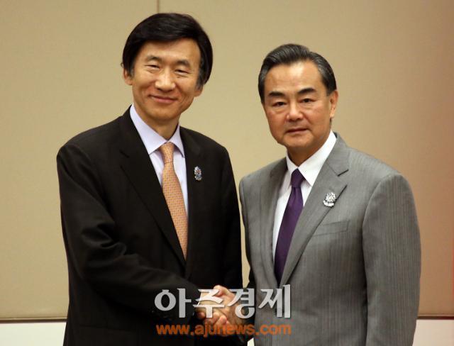 """윤병세 장관, 왕이 중국 외교부장 만나 """"정상회담 성공개최 기대"""""""