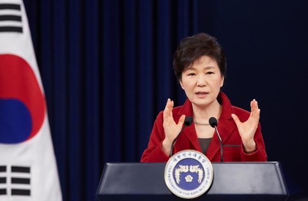 박근혜 대통령 지지율 35%로 급추락…국정운영 빨간불 켜지나