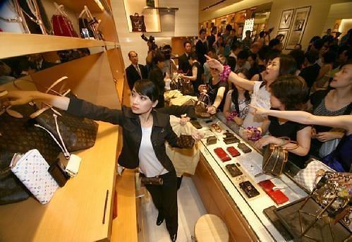 中国消费者去年买走全球46%奢侈品 仍是最大买家