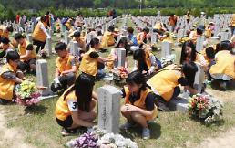 .韩国学生扫墓悼念先烈.
