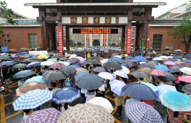 [영상중국] 폭우 속 가오카오(수능), 학부모 우산들고 발만 동동