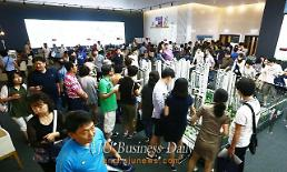 .Prospective homebuyers pack show house of apartment complex in Songdo International City .