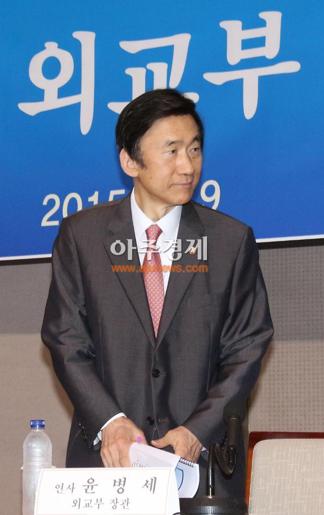 윤병세, 아세안지역안보포럼서 북한 리수용과 악수만…남북회동 어려울 듯
