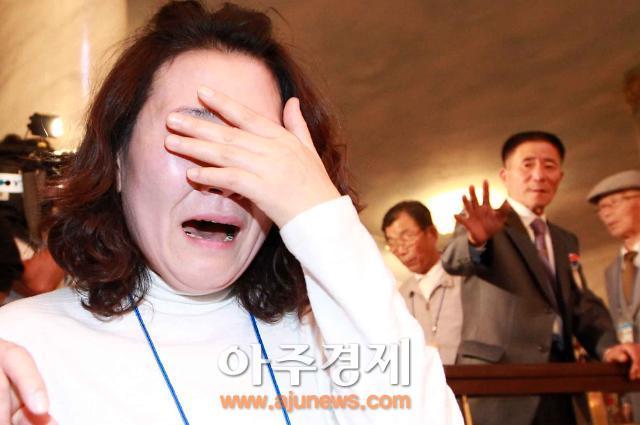 """[이산가족] """"만나고 편지 주고받게 해주오""""…이산가족들 눈물·절규로 작별"""