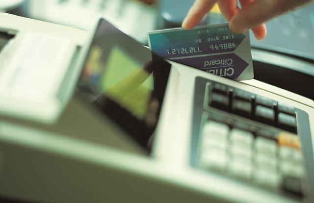 영세가맹점 카드수수료 부담 덜어, 소비자는 혜택 감소 우려
