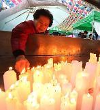 .韩国高考进入倒计时 学生家长冒雨祈福.