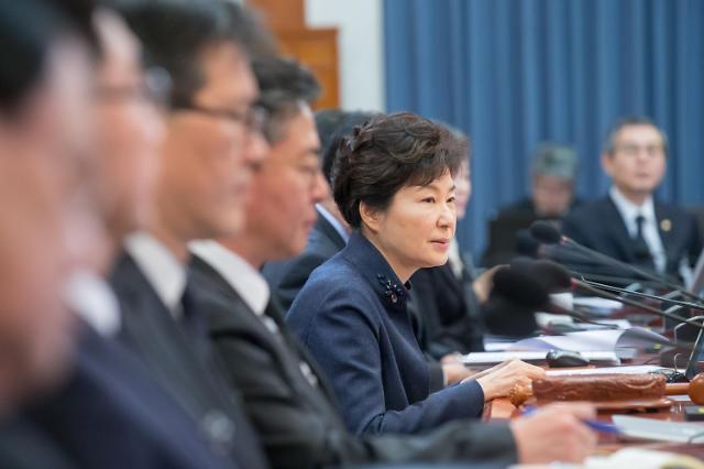 """박근혜 대통령, 떠나는 장관들에 """"마음 한결같아야 진실된 사람"""""""
