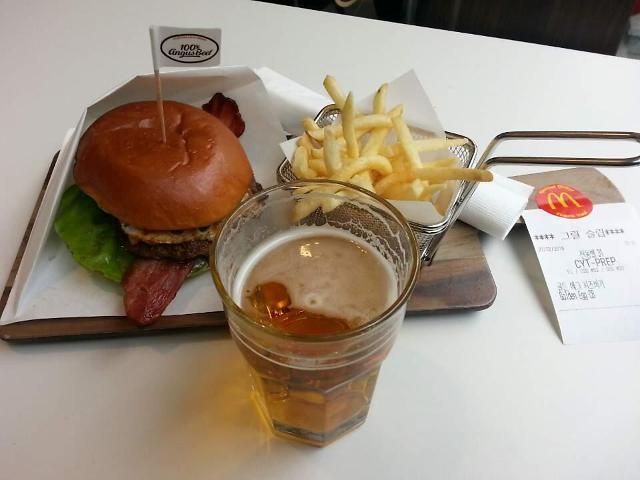 """[르포] 맥주 파는 맥도날드 가보니…""""신분증 세 번 확인 거쳐야 한 잔"""""""