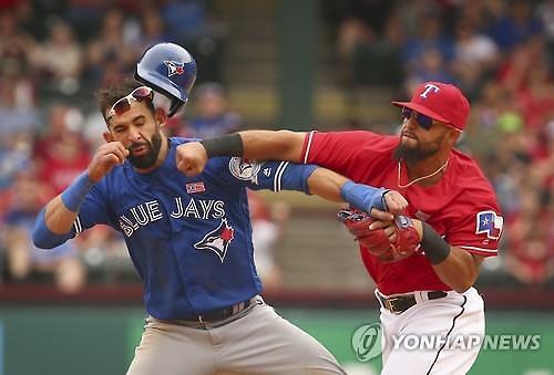 바티스타 '태클'에 오도어 '주먹질'…MLB 난투극으로 8명 퇴장