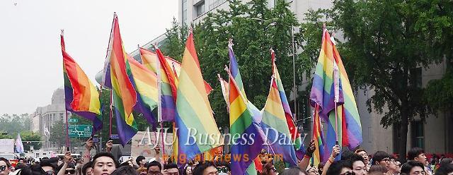 Thousands march through central Seoul in Queer parade