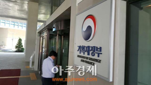 """기재부 그린북 """"내수 개선되나 고용 증가세 둔화·생산 부진"""""""