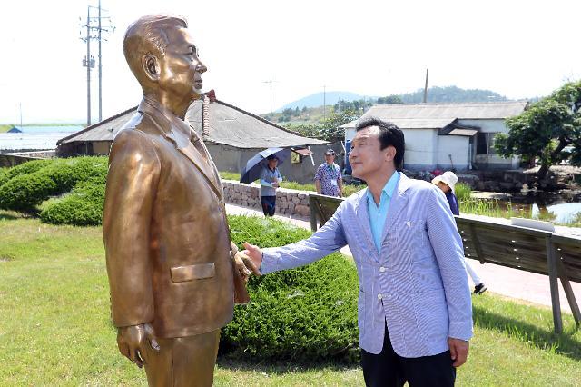 """(WHO) DJ 생가 찾은 손학규 """"김대중 선생은 위대한 지도자·선각자"""""""