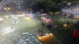 .Heat-baked South Koreans gather in secret creeks to stay cool.