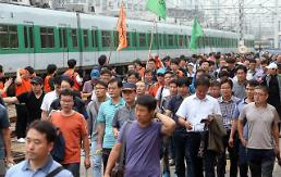 .Railway and subway unions on joint strike against incentive wage system .